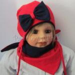 Czerwona wiązana czapka z granatową kokardą