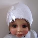 Biała czapeczka z koronką i kokardką